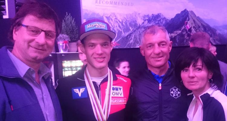 v.l.: Bgm. Friedrich Steiner, Medaillengewinner Philipp Aschenwald und die Eltern Hansjörg und Heidi Aschenwald